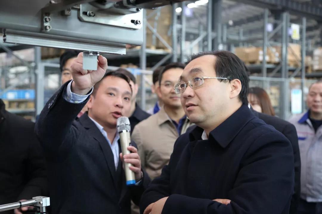 市委书记周辉仔细查看万鑫的德国进口设备