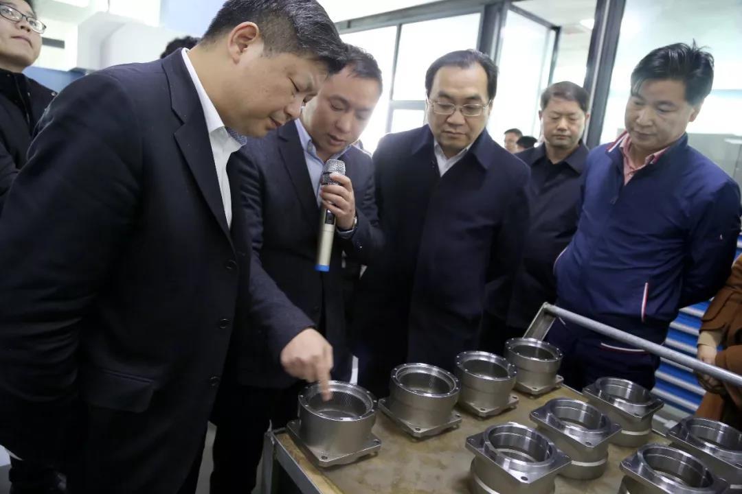 市委书记周辉(中)、市长付旭明(左一)认真考察万鑫产品生产情况